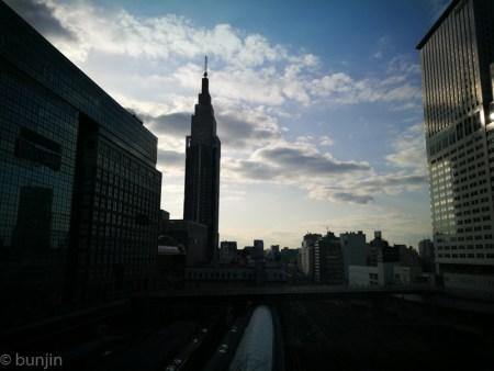 新宿駅の南の空