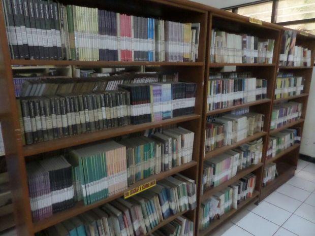 koleksi buku perpustakaan