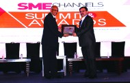 S C MITTAL OF BIZTEK ADVISORS GIVING AWAY SUPER50 AWARD TO EMARSON IT SOLUTIONS PVT. LTD.