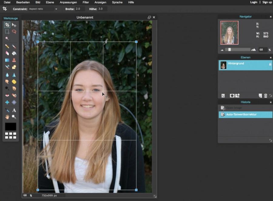 """Um Janas Foto im Ausschnitt zu optimieren, wähle ich das """"Freistellen""""-Werkzeug (links oben). Damit das Proportionsverhältnis der Bildkanten erhalten bleibt, ändere ich die Eigenschaften des Werkzeugs in 2:3 und bestätige meine Auswahl mit der Returntaste (oder durch Klick auf die Arbeitsfläche)."""