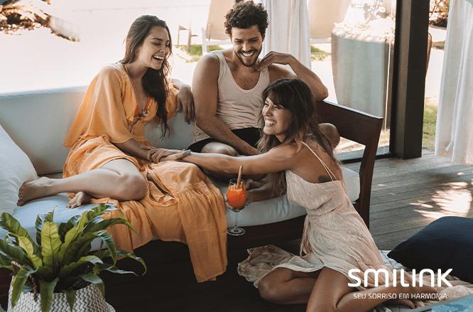 sorriso. 3 amigos sentados, sorrindo em uma dia de sol