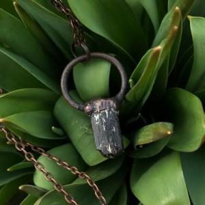 Sort rå turmalin halskæde i electroformet kobber