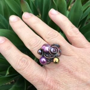 Wire wrapping ring med lilla og gyldne perler