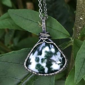 Wirewrappet sølvhalskæde med mosagat