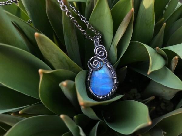 Eksklusiv regnbuemånesten sølv halskæde