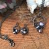 Håndflettet smykkesæt i sølv med lilla perler