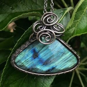 Trekantet lys blå labradorit sølvhalskæde