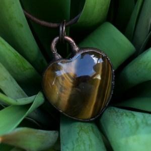 Electroformet tigerøje hjertehalskæde