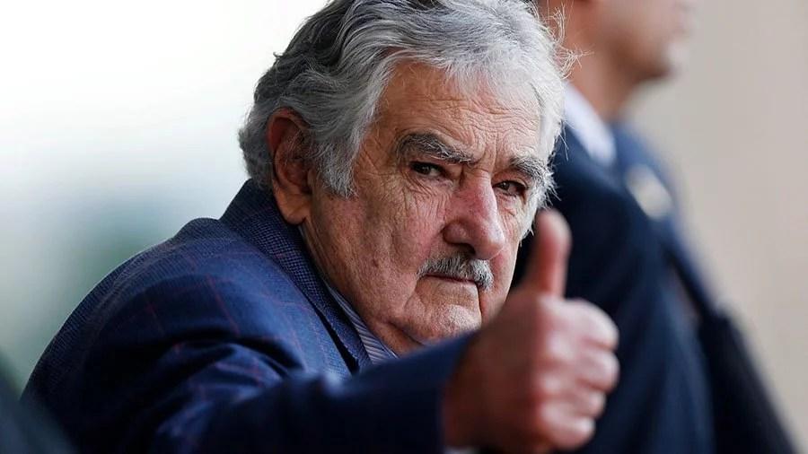 Em vídeo Mujica diz que os bancos não deveriam criar dificuldades Para Mujica bancos não deveriam criar dificuldades e inclusive aplaudir experimento do Uruguai