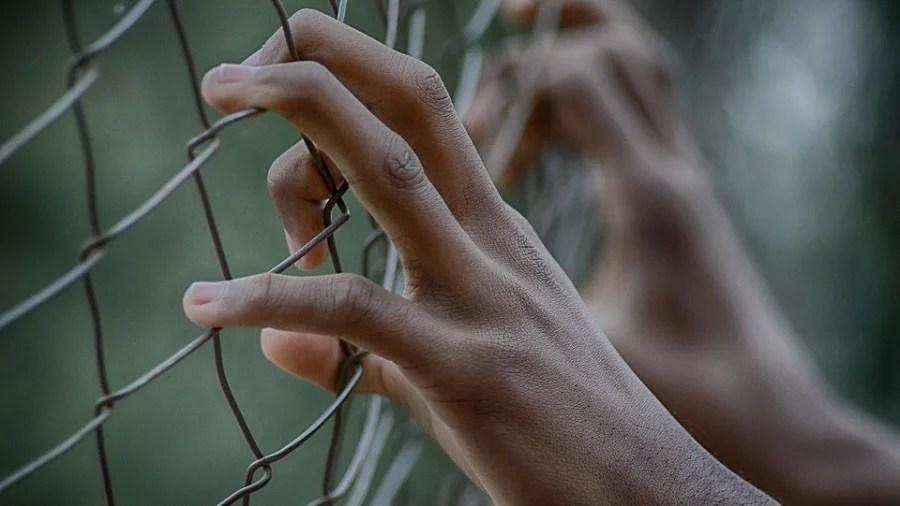 maos alambrado Clínica que mantinha 46 pessoas em cárcere privado é interditada em Pindamonhangaba (SP)