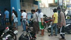 Person, Apparel, Transportation, Vehicle, Motorcycle, Helmet, Wheel, Crowd, Motor Scooter, Vespa, people fall in line,covid-19