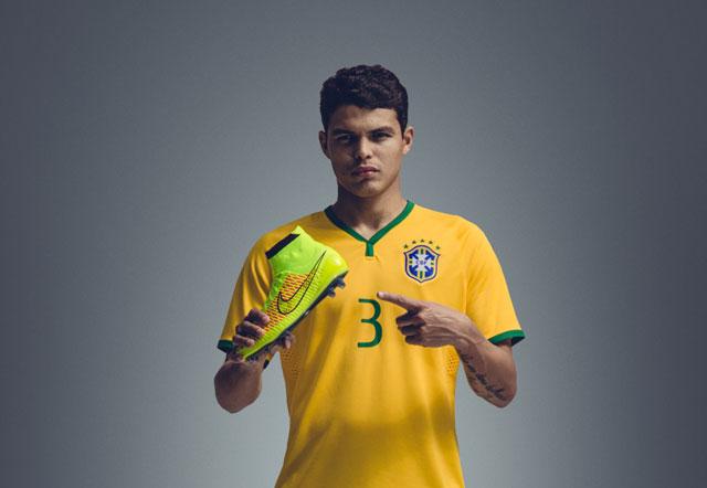 Nike Magista Thiago Silva, brazil válogatott kezében