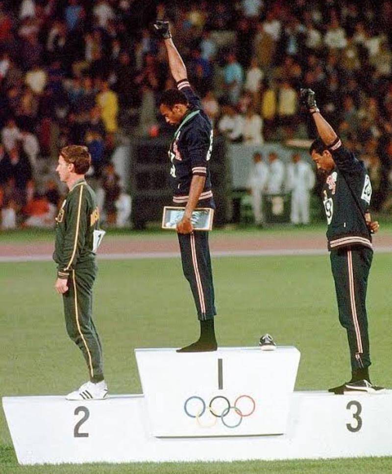 Tommie C. Smith et John Carlos sur le podium du 200m à Mexico en 1968