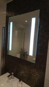 Badrumsrenovering i Norrtalje. med mosaik bakom spegel