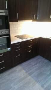 Köksrenovering i Norrtalje IKEAkok med morka luckor Snickarns-Byggservice-AB