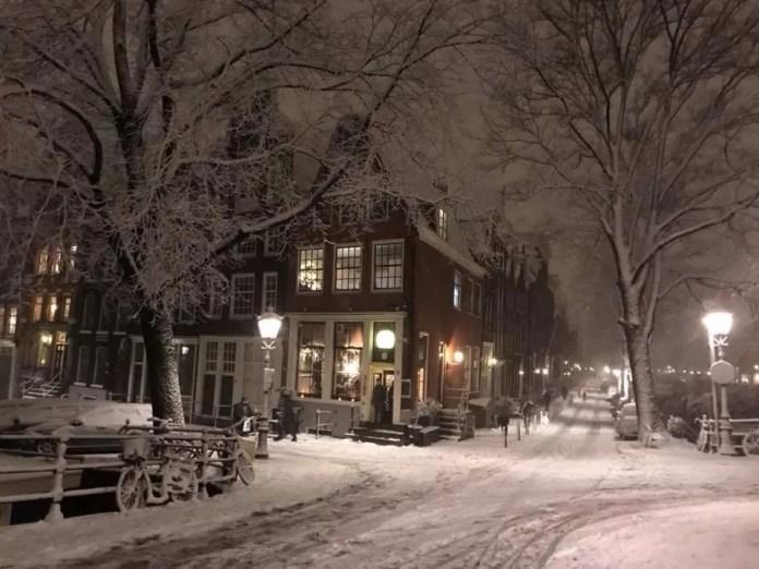 Café Tabac in de sneeuw