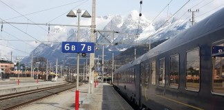 Alpen Express op een Oostenrijks treinstation