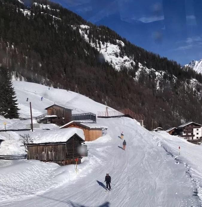Jaaaaa, daar gaan ze: de eerste skiërs! En ze hebben nog een heerlijk zonnetje ook.