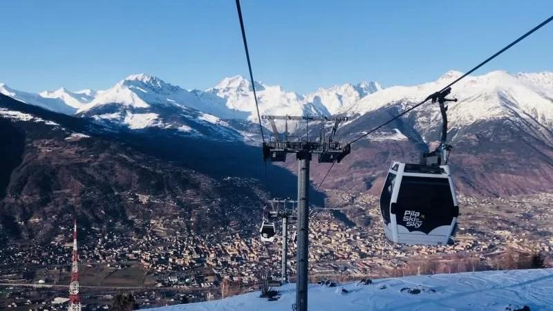 De gondel brengt ons van de besneeuwde bergen weer terug naar de lagergelegen stad Aosta