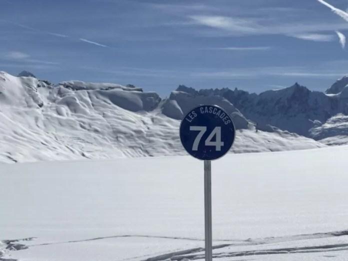 In Grand Massif hebben de pistes geen nummers, maar tellen de pistebordjes af naar beneden. Nog 74 bordjes voordat we in het dal zijn!