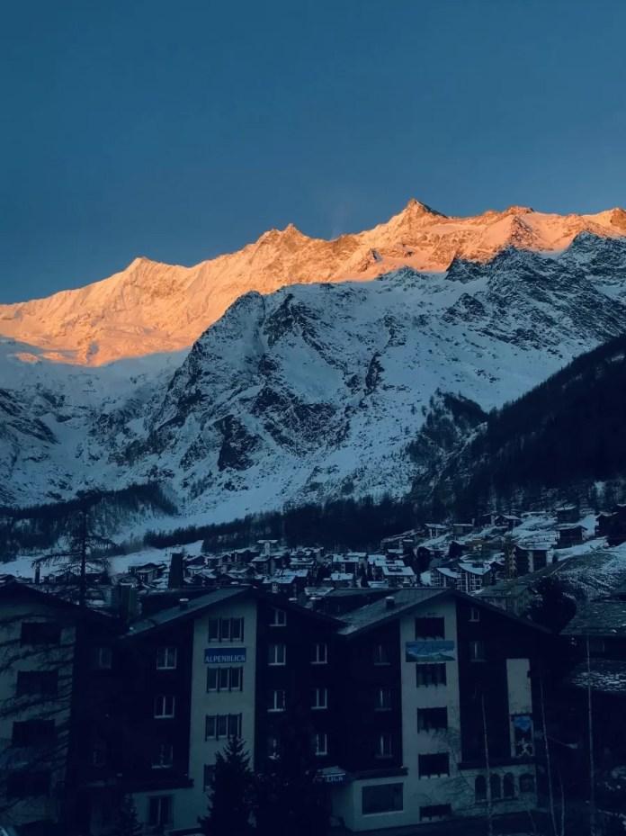 Het uitzicht vanaf de hotelkamer op de opkomende zon