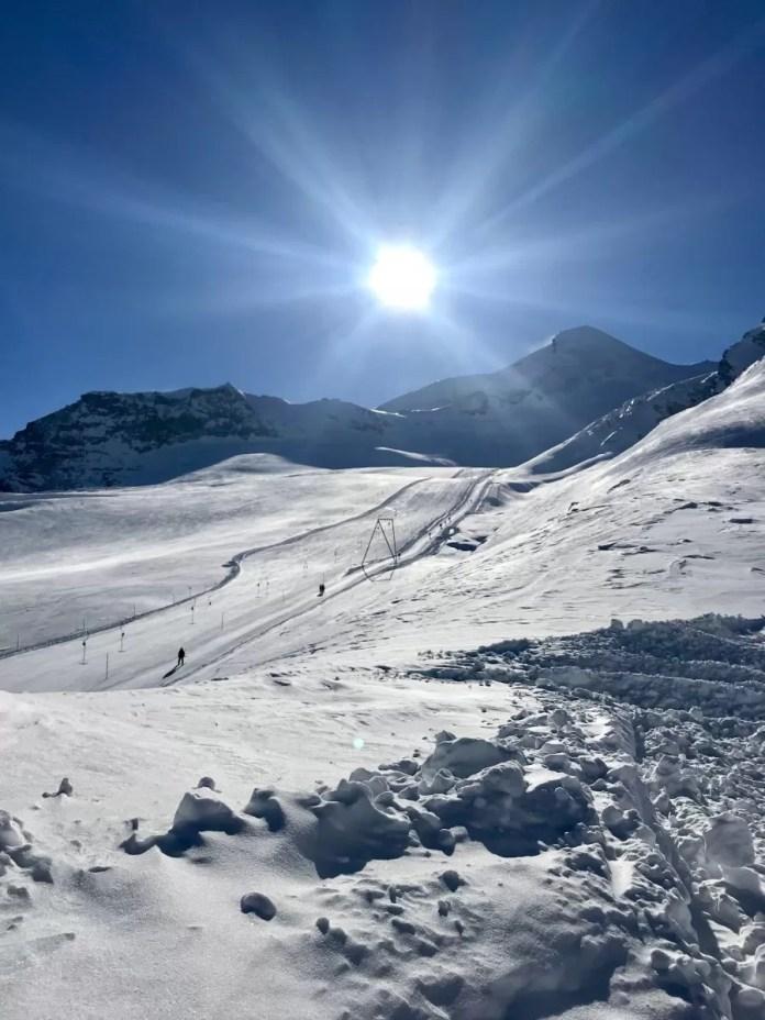 Waanzinnig mooie dag met volle zon op de gletsjer van Saas-Fee