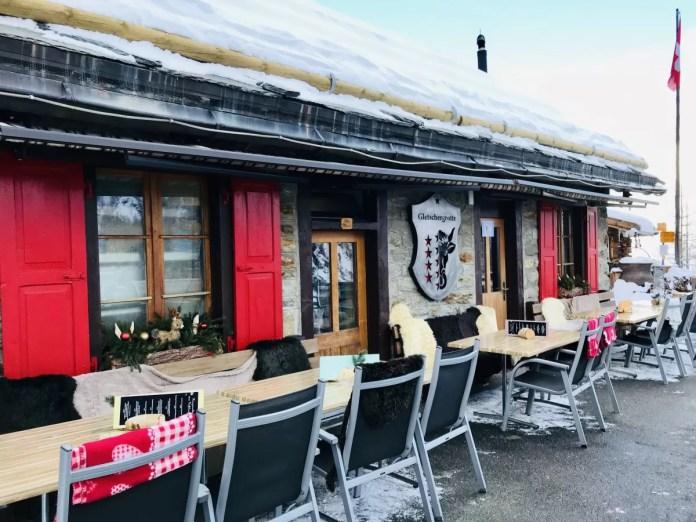 Restaurant de Gletschergrotte heeft een groot terras in de zon