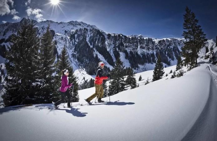 Wandelen met of zonder sneeuwschoenen. Foro: saalbach.com, Mirja Geh