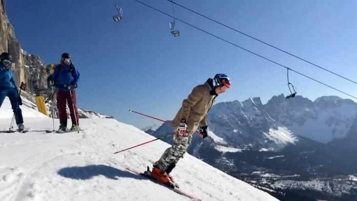 Florian laat zich naar beneden storten en laat zien dat hij het skiën nog niet is verleerd...