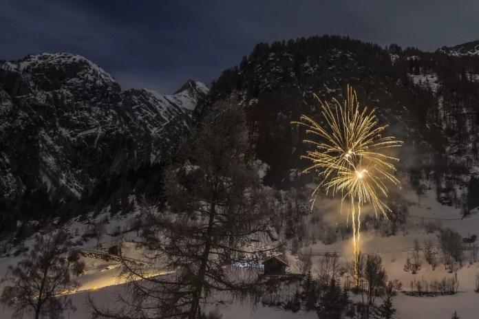 Het vuurwerk is een machtig gezicht in de bergen. Bron: Pixabay
