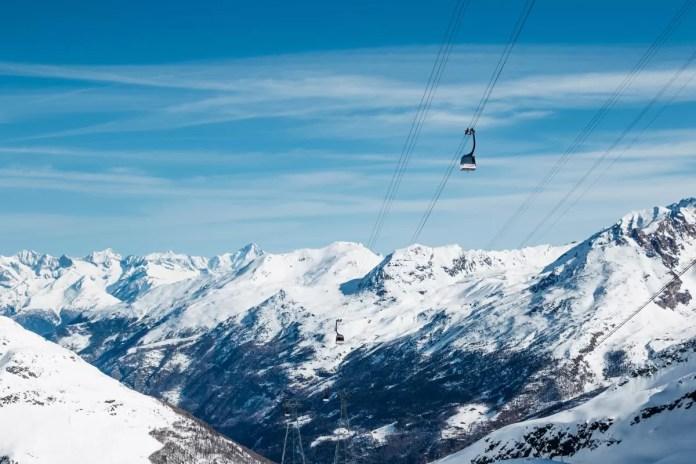 Vanaf het dorp kun je met de gondel en tot slot met het gletsjertreintje in één keer door naar de top. Foto: Saas-Fee