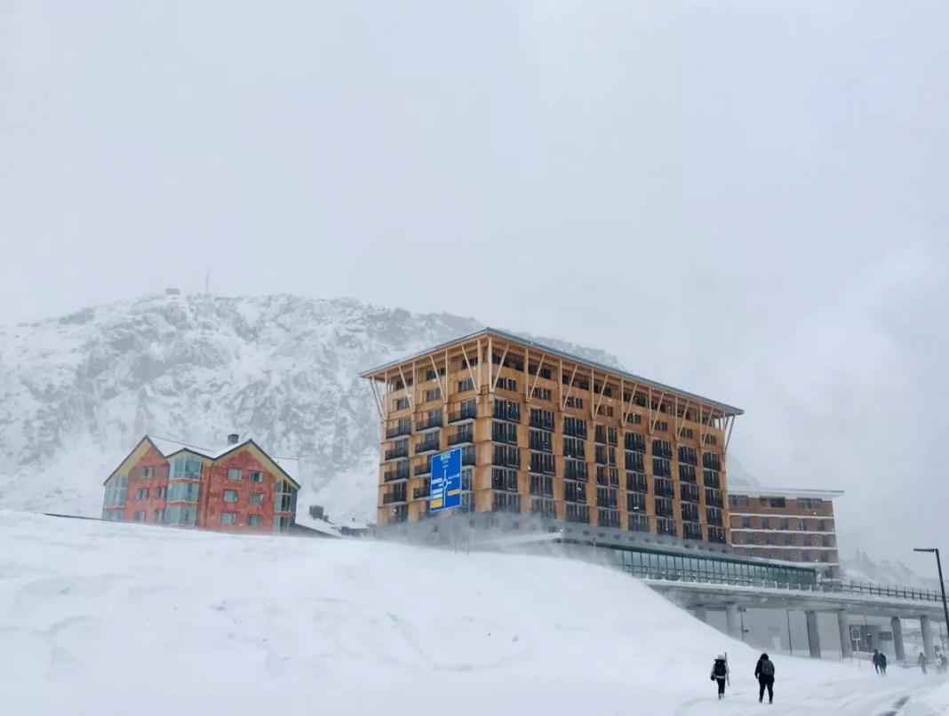 Het spiksplinternieuwe Radisson Blu Hotel in Andermatt doet wat surrealistisch aan in deze lege omgeving. Foto: Pauline van der Waal