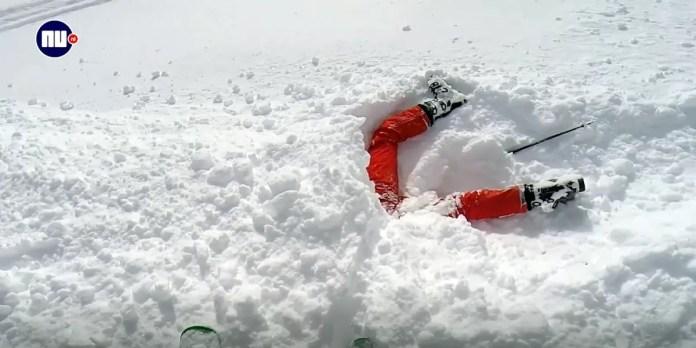 Man red vrouw uit sneeuw