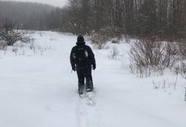 man snowshoeing in deep snow with Dion 164 snowshoes