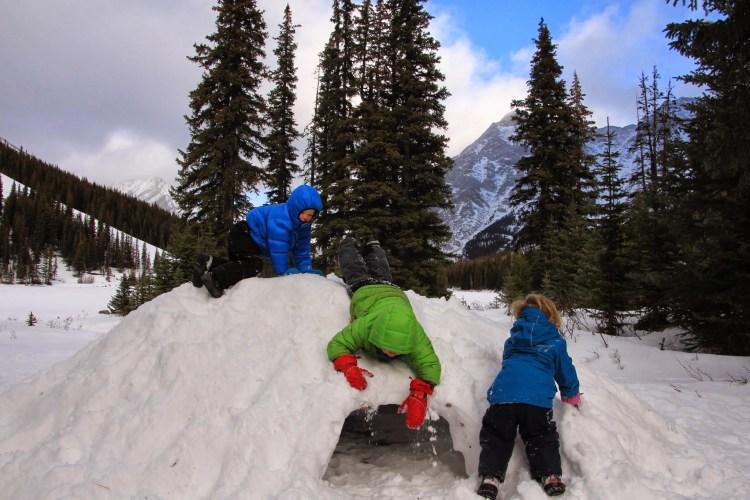 outdoor winter activities ideas: children building a snow quinzhee