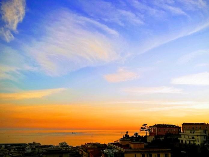 Il mare con i colori del sole