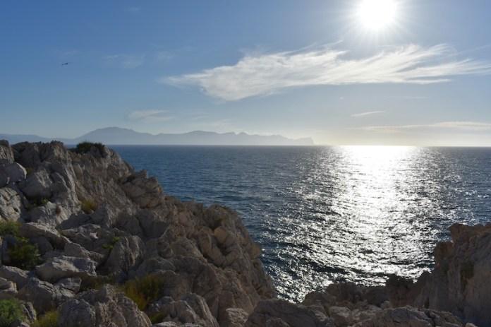 Rocce aguzze si tuffano nel mare scintillante di Castellammare del golfo (TP)