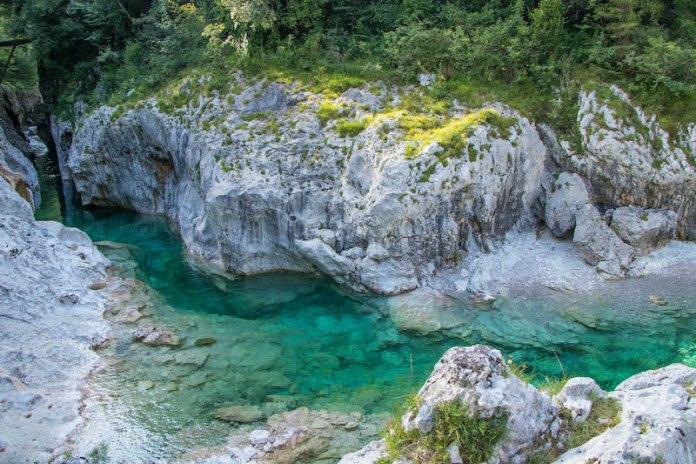 Cervedol Curnila - Val d'Arzino (Pn) Un'enorme pendenza rocciosa fornisce un posto per prendere il sole accanto a una profonda piscina