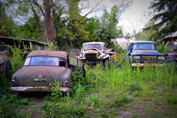 cimitero delle auto abbandonate