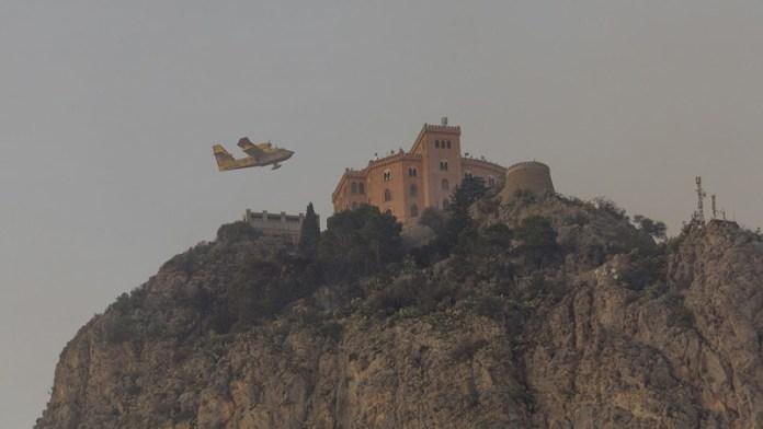 Canadair ed il castello Utveggio di Palermo durante un incendio di Monte Pellegrino