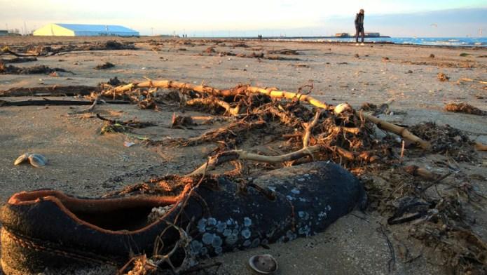 scarpa rifiuto sulla spiaggia