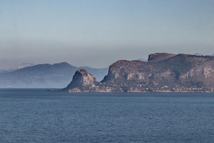 Grazie alla qualità dell'aria da Palermo si riesce a vedere l'Etna, in primo piano Capo Zafferano e sullo sfondo a sinistra l'Etna.