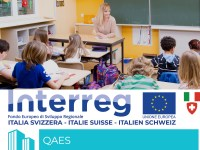 Immagine dell'interno di un'aula scolastica e logo del progetto