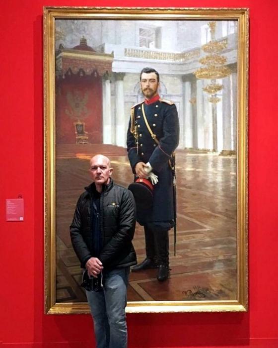 Лысый Антонио Бандерас сфотографировался с портретом Николая II