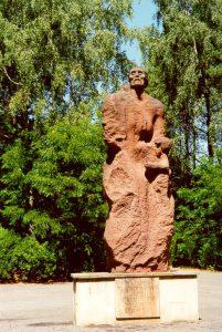 vrouw met kind in haar armen: monument in Sobibor
