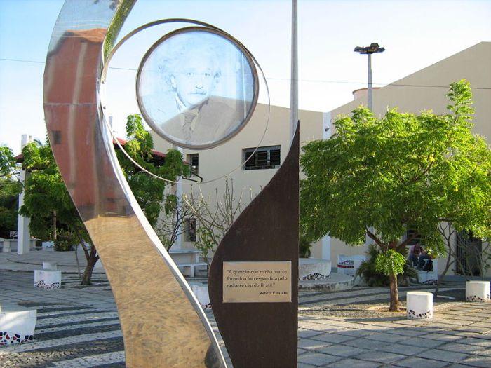 Monumento em homenagem a Albert Einstein na Universidade Estadual Vale do Acaraú