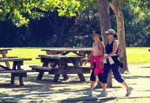 mulheres caminhando no parque