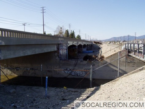 Side view over Big Tujunga Wash showing the 1951 modifications. Arched spans date to 1935.