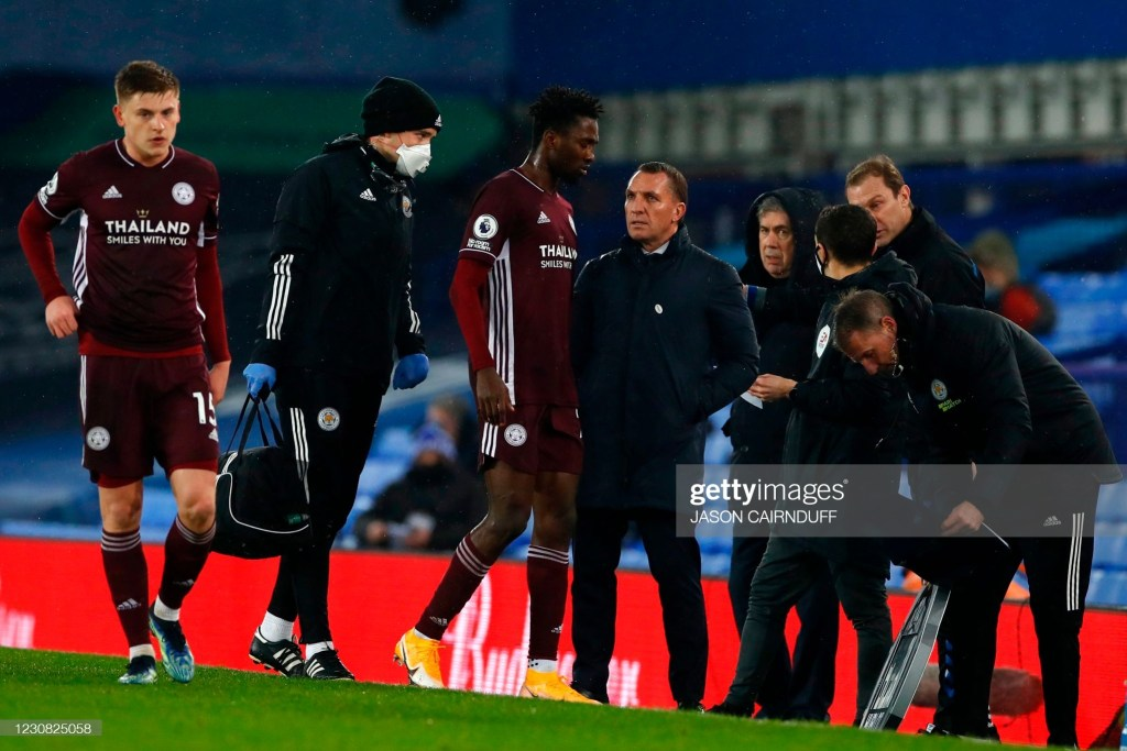 Leicester City's Nigerian midfielder Wilfred Ndidi (C) is injured and leaves the pitch during the English Premier League football match between Everton and Leicester City at Goodis on Park in Liverpool, north west England on January 27, 2021. (Photo by JASON CAIRNDUFF / POOL / AFP) / RESTRICTED TO EDITORIAL USE. No use with unauthorized audio, video, data, fixture lists, club/league logos or 'live' services. Online in-match use limited to 120 images. An additional 40 images may be used in extra time. No video emulation. Social media in-match use limited to 120 images. An additional 40 images may be used in extra time. No use in betting publications, games or single club/league/player publications. / (Photo by JASON CAIRNDUFF/POOL/AFP via Getty Images)