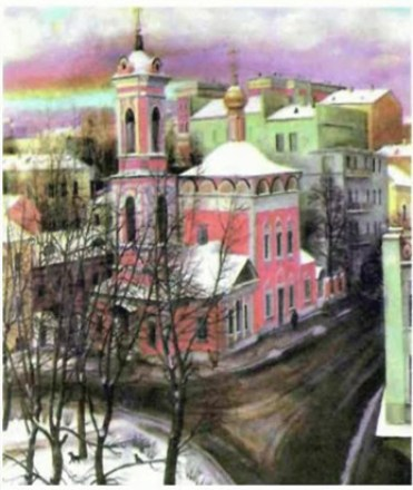 ярко-розовая церковь на фоне городских домов
